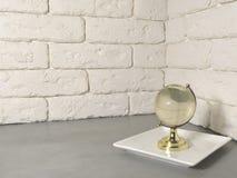 Globo en fondo de la pared imagen de archivo libre de regalías