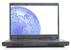 Globo en la computadora portátil foto de archivo libre de regalías