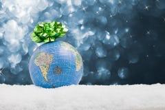 Globo en la nieve con el fondo estrellado Imágenes de archivo libres de regalías