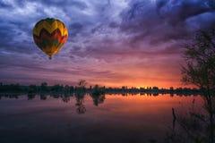 Globo en la puesta del sol imagen de archivo