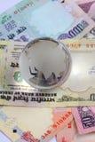 Globo en notas indias de las rupias del dinero en circulación Fotografía de archivo libre de regalías