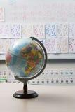 Globo en sala de clase elemental Fotos de archivo