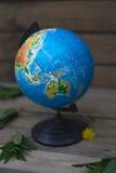 Globo en un fondo de madera imagen de archivo