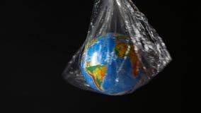 Globo envuelto en polietileno Symbolizes que entrega los paquetes, el transporte, el envío y el comercio electrónico almacen de metraje de vídeo