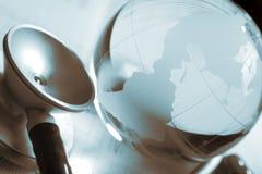 Globo, estetoscopio y símbolo de cristal de ECG de la atención sanitaria del mundo Fotos de archivo libres de regalías
