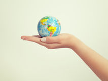 Globo fêmea da terra arrendada da mão salvar o conceito da terra e do sucesso fotos de stock