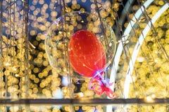 globo flotante con el bokeh amarillo abstracto Fotografía de archivo