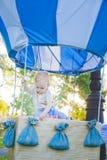 Globo grande del juguete en parque de la ciudad ejemplo de la Caramelo-tabla Cumpleaños - de un año con la figura número uno Madr Fotografía de archivo