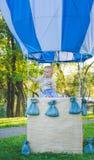 Globo grande del juguete en parque de la ciudad ejemplo de la Caramelo-tabla Cumpleaños - de un año con la figura número uno Madr Imagenes de archivo
