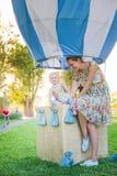 Globo grande del juguete en parque de la ciudad ejemplo de la Caramelo-tabla Cumpleaños - de un año con la figura número uno Madr fotografía de archivo libre de regalías