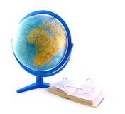 Globo, livro e vidros Foto de Stock