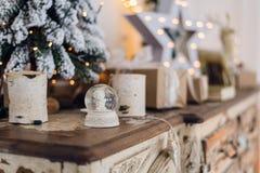 Globo mágico da neve do Natal com pouca estátua do anjo para dentro Decoração do Natal ao redor Profundidade de campo rasa com fotos de stock royalty free