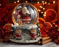 Globo musical da neve com Santa Claus no fundo do bokeh fotos de stock royalty free