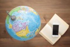 Globo no backgroundGlobe de madeira no fundo de madeira Fotografia de Stock Royalty Free