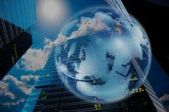 Globo no fundo de arranha-céus modernos imagens de stock