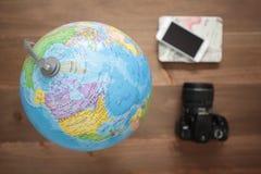 Globo no fundo de madeira Foto de Stock Royalty Free