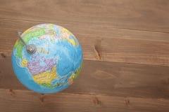 Globo no fundo de madeira Fotografia de Stock