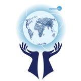 Globo, pianeta Terra con i continenti, di sostegno dalle palme delle mani e della progettazione dei modi Fotografie Stock