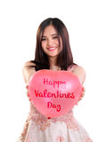 Globo precioso de las tarjetas del día de San Valentín de la demostración de la muchacha aislado imagen de archivo libre de regalías