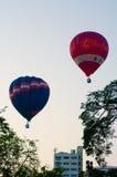 Globo que flota al cielo sobre ciudad Imagenes de archivo