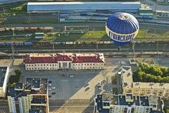 Globo que vuela sobre el ferrocarril Foto de archivo libre de regalías