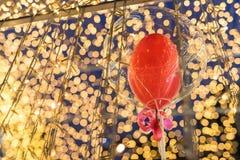 Globo rojo con el fondo del bokeh de la luz de la falta de definición Imagen de archivo