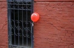 Globo rojo en la entrada Foto de archivo libre de regalías