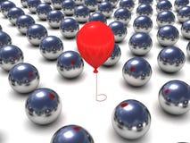 Globo rojo en las bolas de metal row.individuality Fotografía de archivo libre de regalías