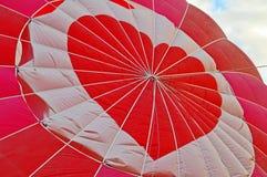 Globo rojo grande del aire caliente del corazón Fotos de archivo
