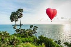 Globo rojo hermoso en la forma de un corazón Foto de archivo