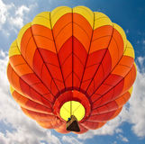 Globo rojo y anaranjado del aire caliente Foto de archivo libre de regalías