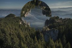 Globo sconosciuto sopra la foresta dell'albero di abete Fotografie Stock
