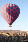 Globo sobre Cappadocia Imagen de archivo libre de regalías