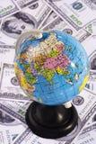 Globo sobre o dinheiro Fotos de Stock Royalty Free