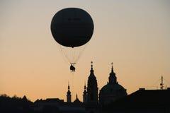 Globo sobre Praga imagen de archivo libre de regalías