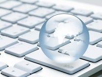 Globo su un computer portatile della tastiera Immagine Stock