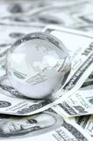 Globo sul mucchio dei dollari Immagine Stock