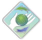 Globo sulla palma con le frecce come simbolo del renewability illustrazione vettoriale