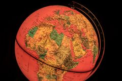 Globo terrestre en fondo negro Imagen de archivo libre de regalías