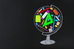 globo tiza-dibujado que contiene la pizarra de la escuela y de los materiales de oficina estudio del concepto, escuela, ventas Imágenes de archivo libres de regalías