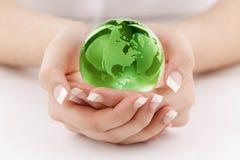 Globo verde nas mãos fotografia de stock royalty free
