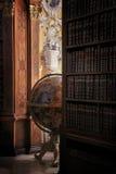 Globo viejo en biblioteca Imagen de archivo libre de regalías