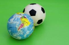 Globo y balón de fútbol Imagenes de archivo