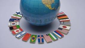 Globo y banderas nacionales del mundo almacen de metraje de vídeo