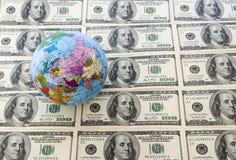 Globo y dólares Foto de archivo