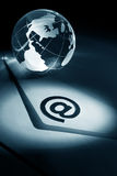 Globo y email imagenes de archivo