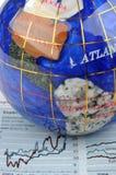 Globo y gráfico de la economía Imagen de archivo libre de regalías