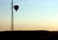 Globo y líneas eléctricas Fotografía de archivo