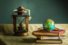 Globo y libros viejos Imagen de archivo libre de regalías
