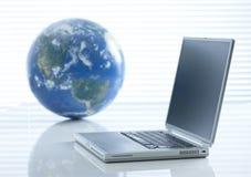 Globo y ordenador foto de archivo libre de regalías
